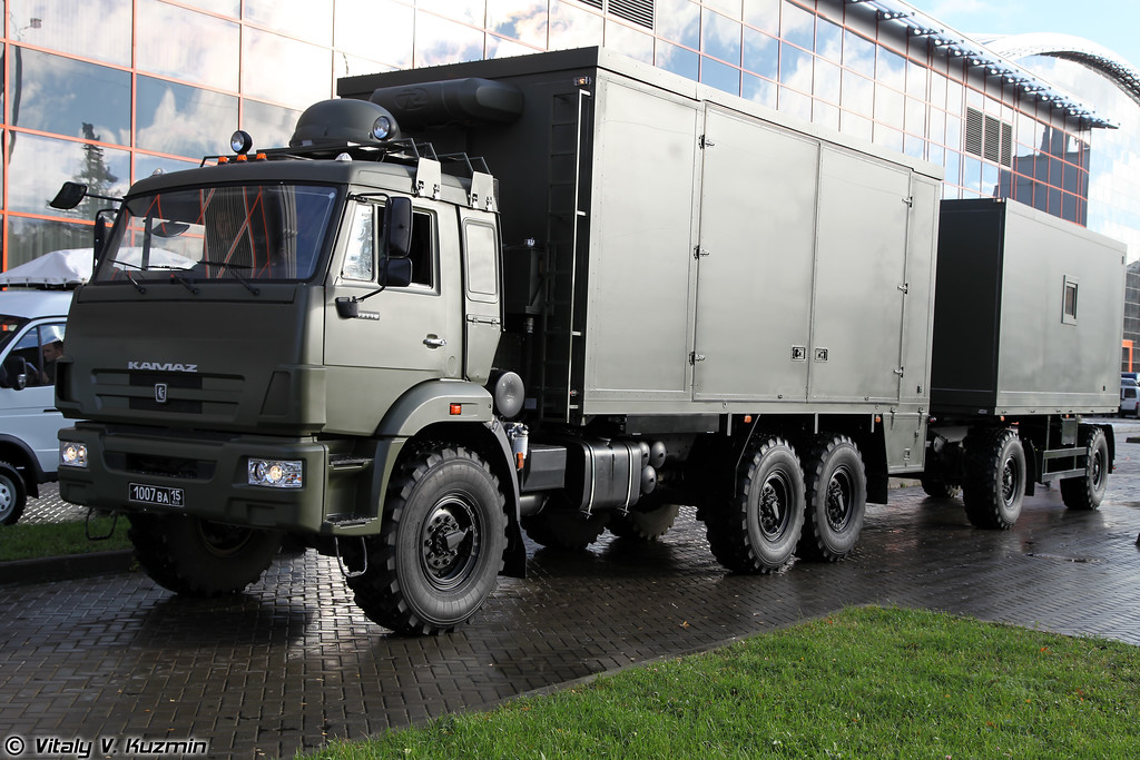 Походный автоклуб ПАК-07 на шасси КАМАЗ-43118 с передвижным каркасным кинотеатром ККТ-02 на шасси прицепа НЕФАЗ-8332 (Field entertainment vehicle PAK-07 on KAMAZ-43118 chassis with mobile cinema KKT-02)