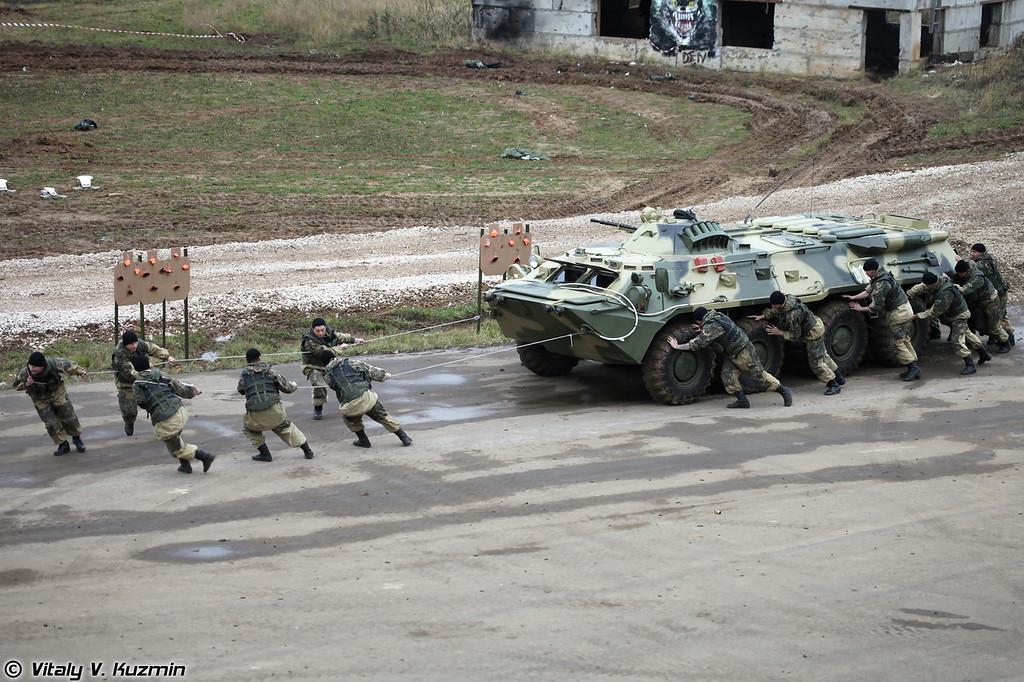 Демонстрация эвакуации поврежденного БТР-80 силами личного состава (Demonstration of towing of broken BTR-80 without the help of towing vehicles)