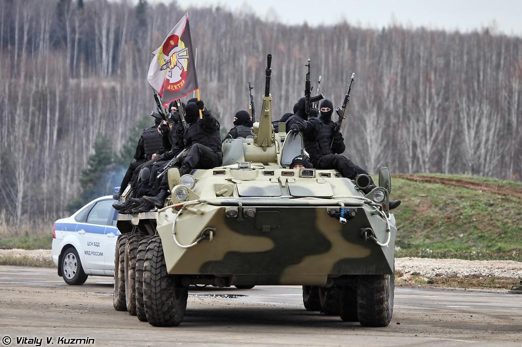 Военнослужащие 604-го центра специального назначения внутренних войск МВД России на броне БТР-80 c неофициальным знаменем отряда Витязь, на базе которого сформирован 604-й ЦСН (Operators from 604th Special Purpose Center of Internal troops on the top of BTR-80)