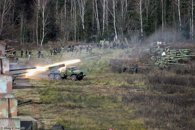 Залп БМ-21 Град по условной базе противника (BM-21 Grad MLRS fire)