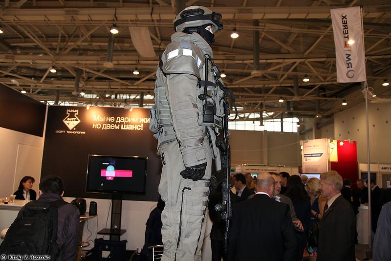 Комплект состоит из шлема Кивер-РСП, бронежилета Гладиатор и костюма Воин Фортрес (The kit includes Kiver-RSP helmet, Gladiator bulletproof vest and Voin Fortress anti-fragmentation suit)