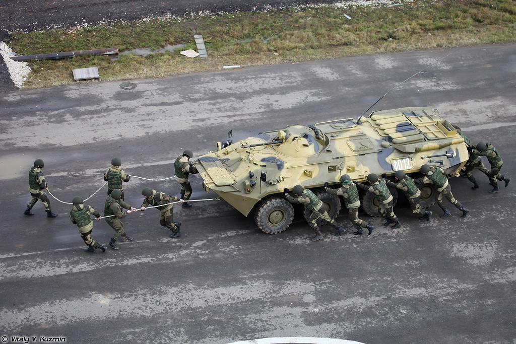 Демонстрация эвакуации поврежденного БТР-80 силами личного состава (Demonstration of towing of damaged BTR-80)