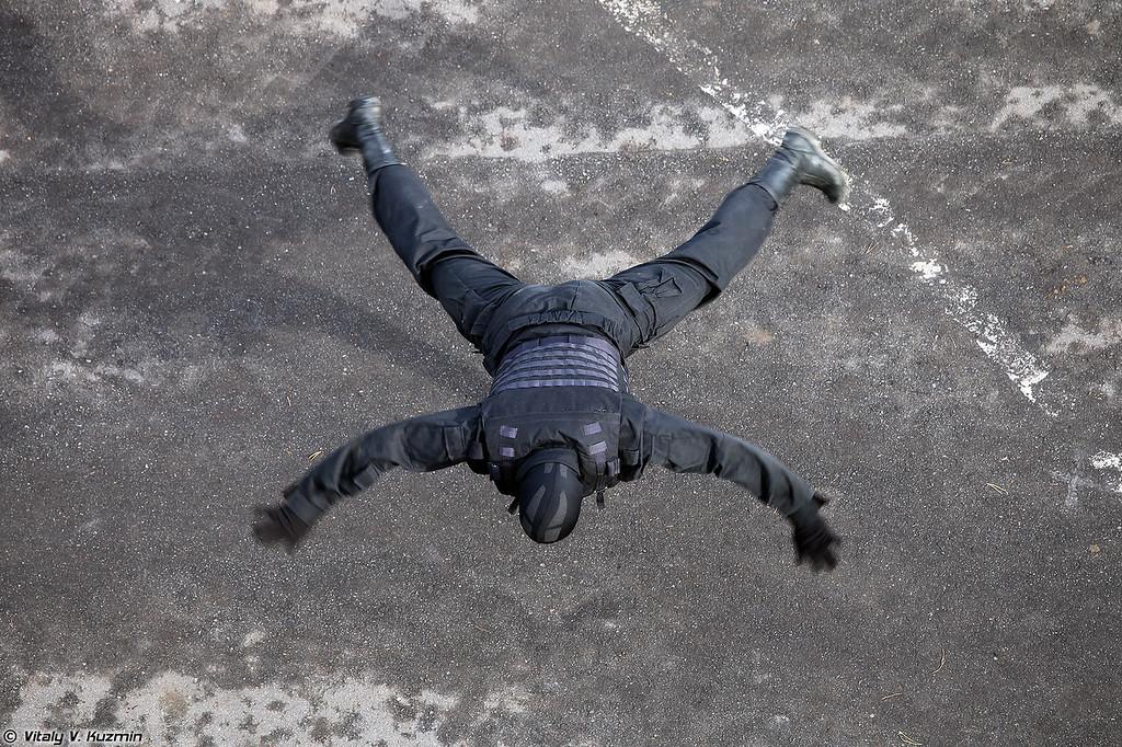 Военнослужащие 604-го ЦСН Витязь показали приемы рукопашного боя (Operators from 604th Special Purpose Center Vityaz of Internal troops showed hand-to-hand combat skills and some nice acrobatics)