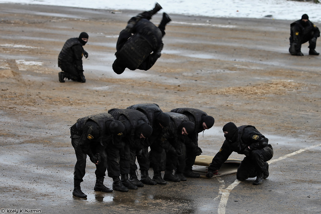 В заключение военнослужащие 604-го ЦСН показали приемы рукопашного боя (As usual in the end operators from 604th Special Purpose Center of Internal troops showed hand-to-hand combat skills and some nice acrobatics)