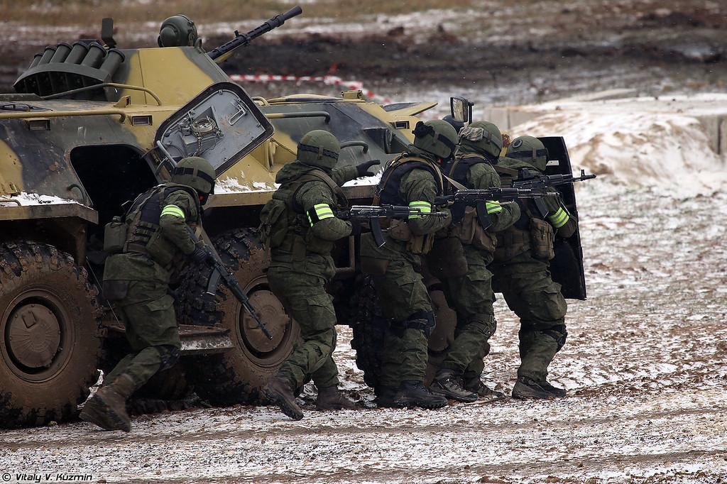 Военнослужащие 604-го ЦСН ВВ МВД России штурмуют здание (Operators from 604th Special Purpose Center of Internal troops assaulted the building)