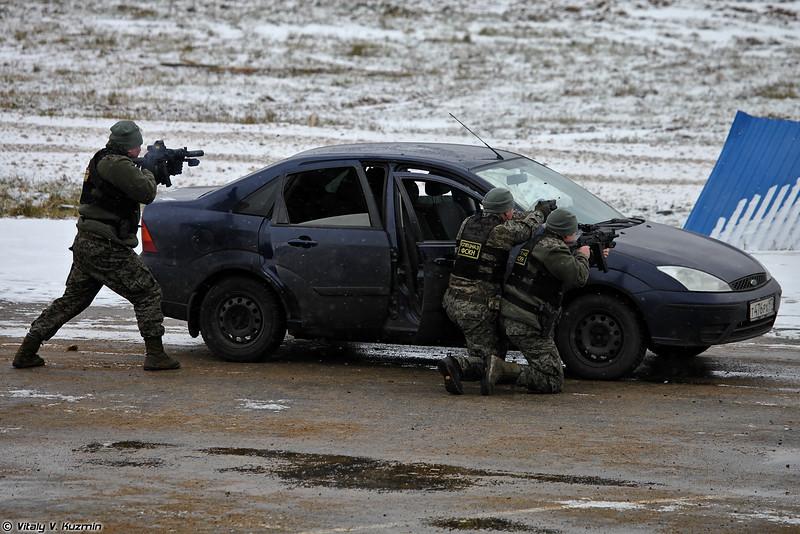 ОСН Гром ФСКН продемонстрировали тактику действий при отражении нападения на автотранспорт (OSN Grom operators demonstrated the tactics in ambush situation)