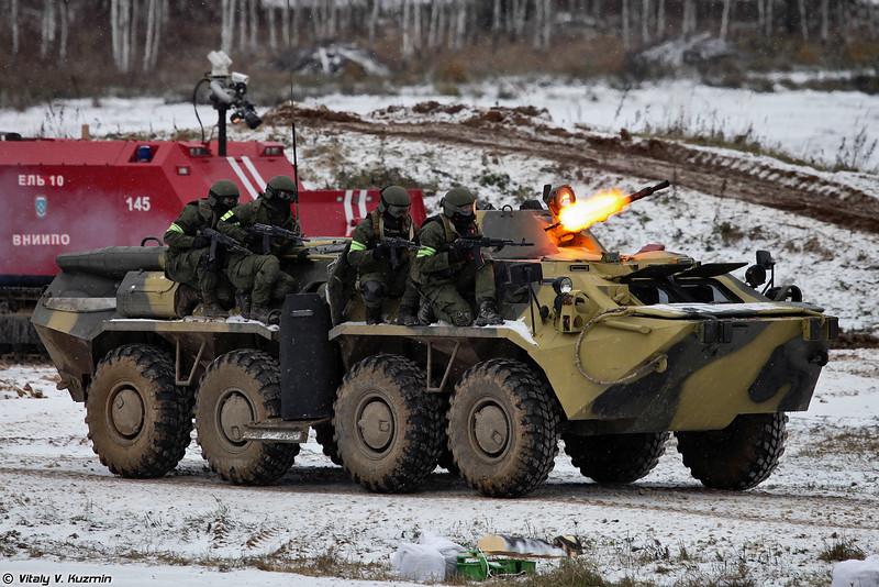 Военнослужащие 604-го центра специального назначения внутренних войск МВД России на БТР-80 (Operators from 604th Special Purpose Center of Internal troops on the top of BTR-80)