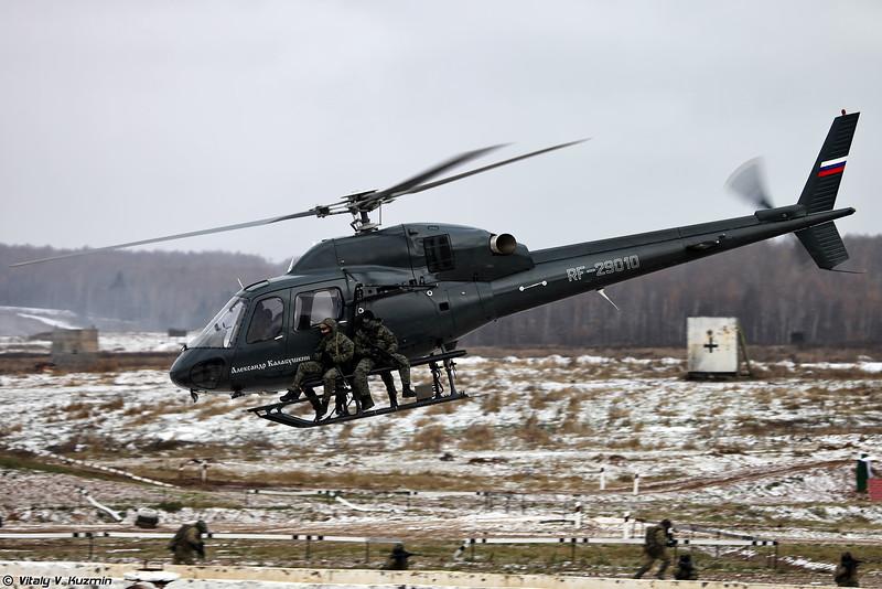 Штурмовая группа СОБР Рысь эвакуируется при помощи вертолета (SOBR Rys' group evacuation from the roof by AS355N Ecureul 2 helicopter)