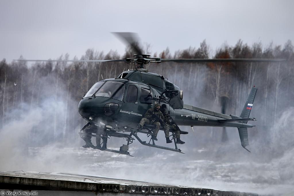 Высадка штурмовой группы СОБР Рысь на крышу здания (SOBR Rys' operators landing)