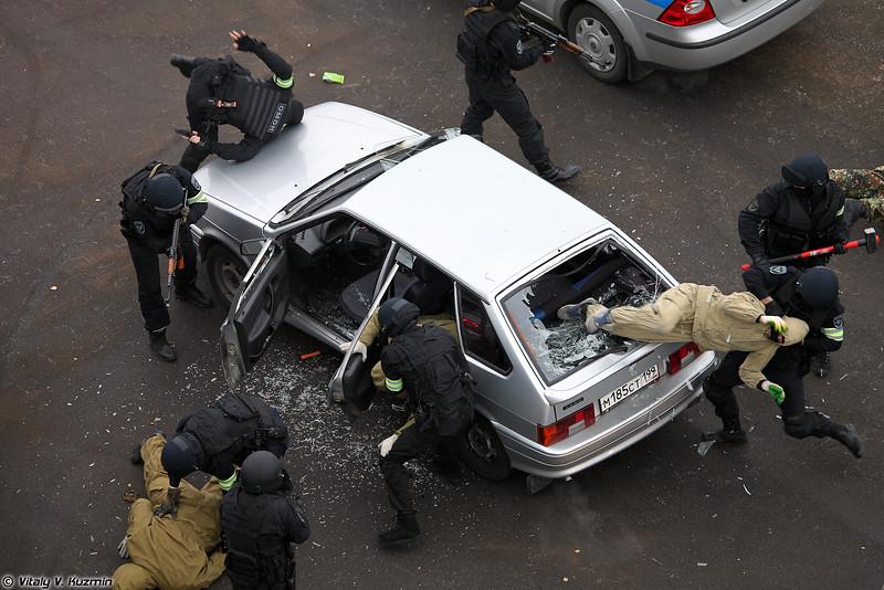 ОМОН ЦСН ГУ МВД России по г.Москве продемонстрировал задержание преступников на автомобиле (Moscow OMON)