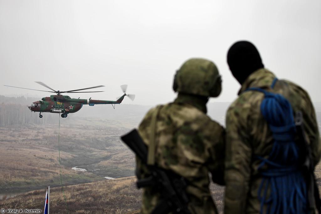 Ми-8МТ и военнослужащие ЦСН Витязь (Mi-8MT and operators from Vityaz)