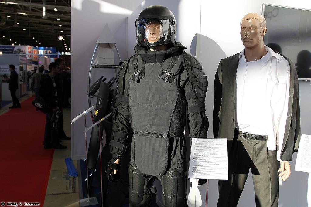 Комбинезон защитный Спецназ, комплект щитков Щиток-МО и шлем Джета-СО (Spetsnaz suit, antiriot kit Schitok-MO, Dzheta-SO helmet)
