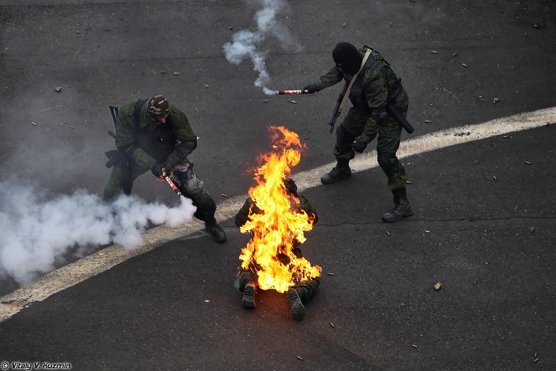 Применение ручных огнетушителей при возгорании одежды на человеке (Demonstration of portable fire extinguisher)