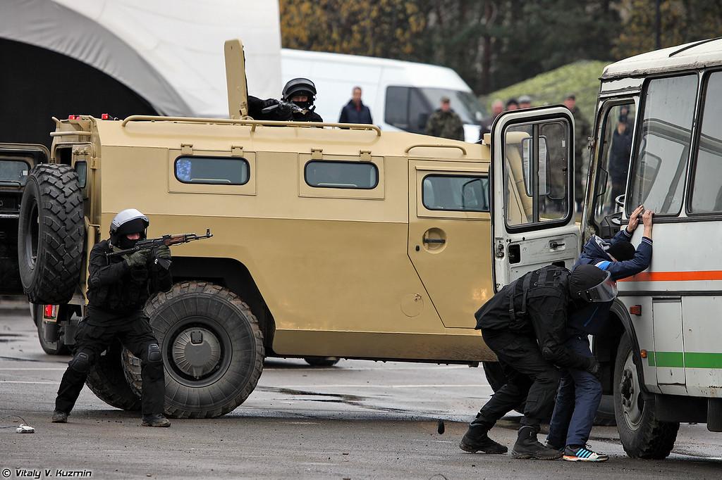 Демонстрация сотрудниками Московского СОБР освобождения заложников (Moscow SOBR showed hostage rescue actions)