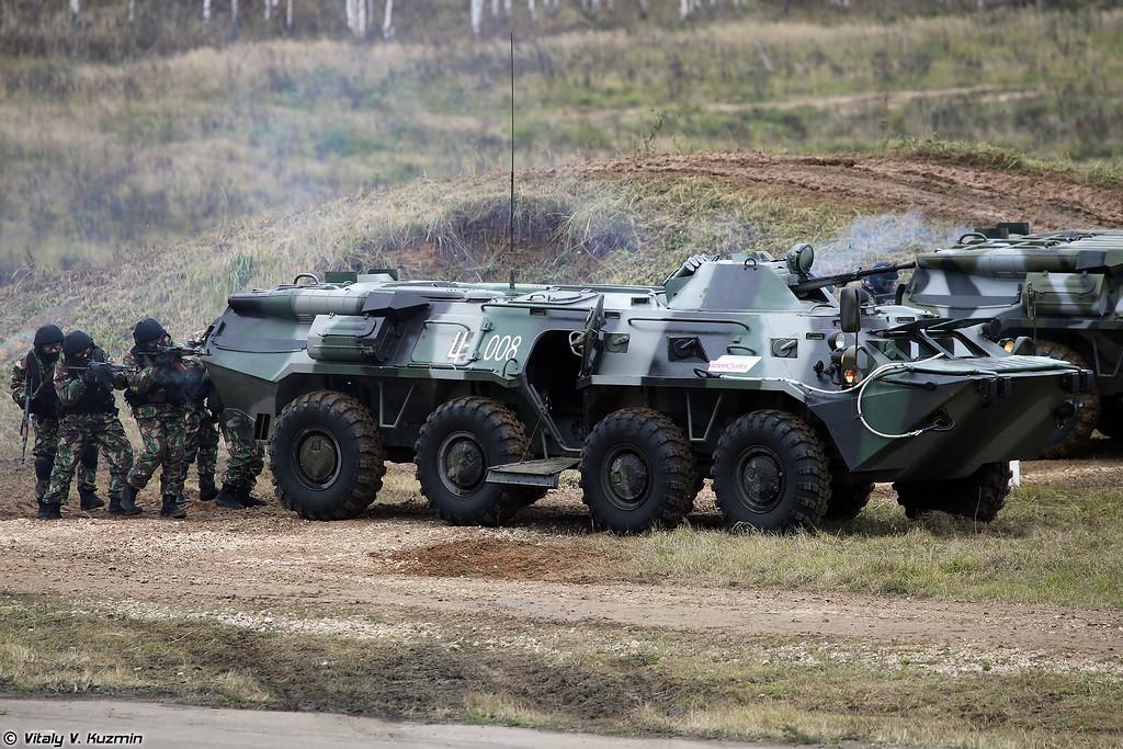 Сотрудники Московского ОМОН под прикрытием БТР-80М проводят операцию по уничтожению бандгруппы в здании (Moscow OMON operators and BTR-80M)