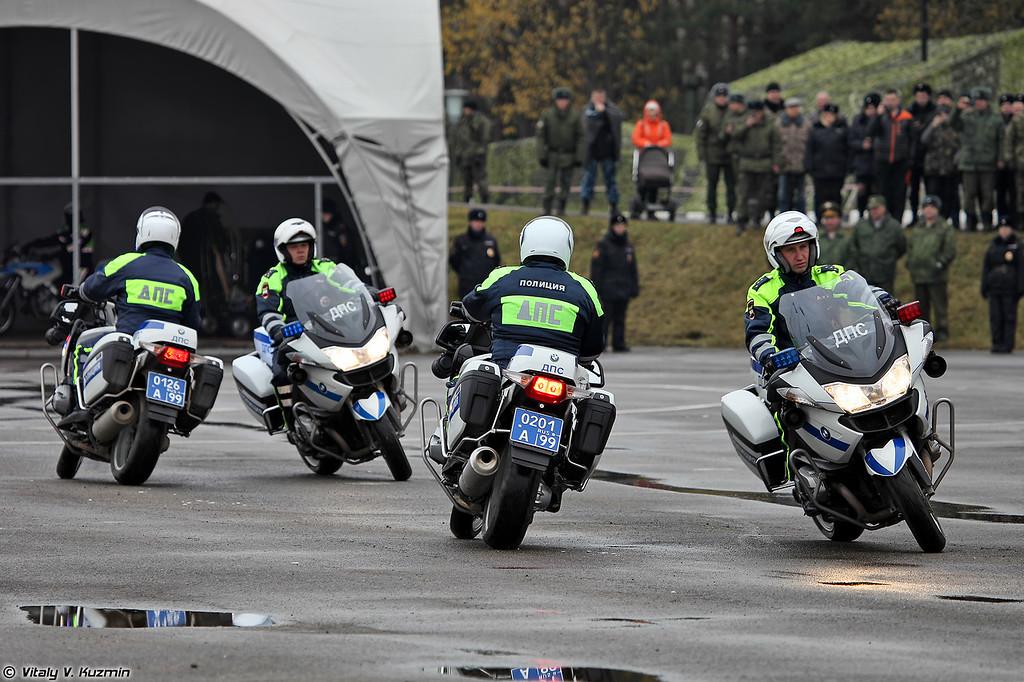 Выступление пилотажной группы Каскад УГИБДД ГУ МВД России по г.Москве (A show of Moscow road police motorcycle and car demonstration team Kaskad)
