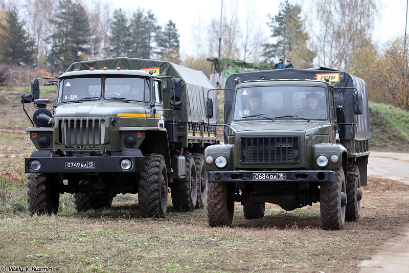 Урал-4320 и ГАЗ-3308 Садко (Ural-4320 and GAZ-3308 Sadko)