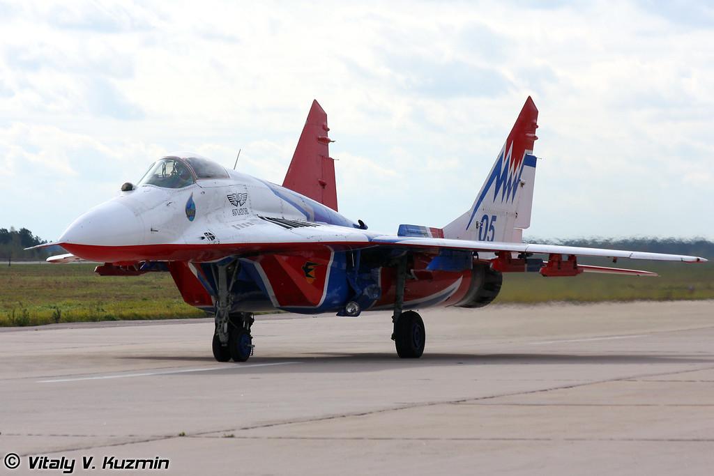 МиГ-29 АГВП Стрижи в Кубинке (The Swifts aerobatics team MiG-29 in Kubinka)