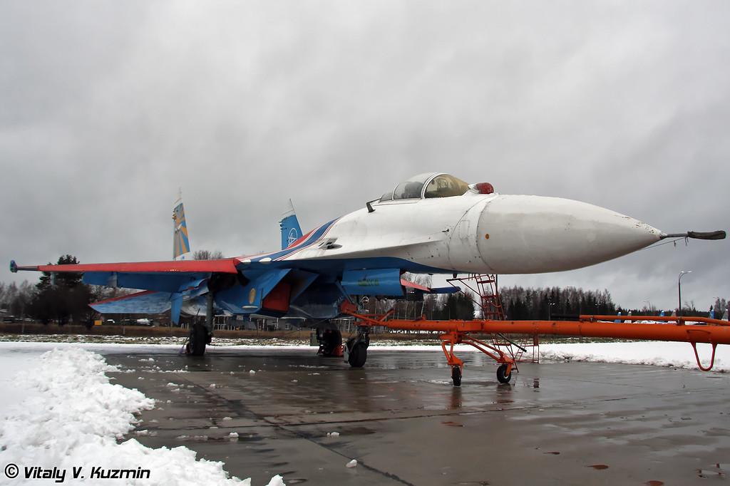 Су-27 АГВП Русские Витязи (Russian Knights Su-27 on Kubinka ramp)