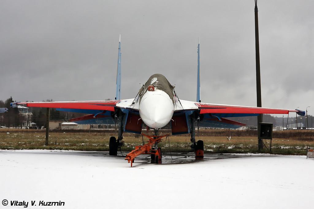 Пятерка Су-35 пилотажной группы Русские Витязи располагается на стоянке отдельно (All five Su-35 from Russian Knights team parked on the ramp separately from other aircrafts)