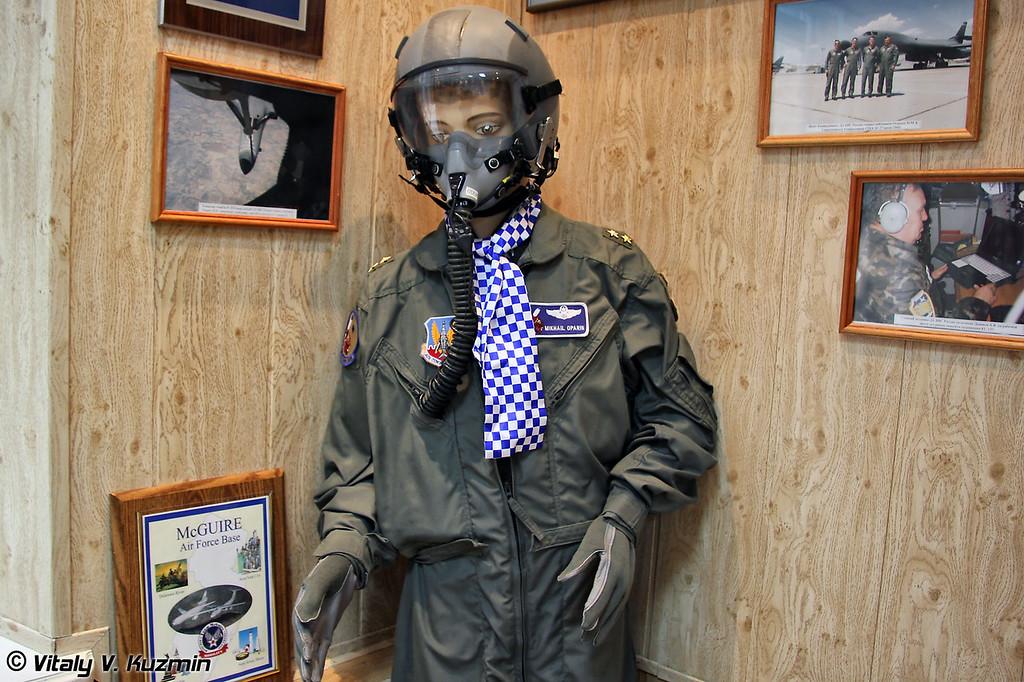 Летный костюм, подаренный командующему ДА ВВС России генерал-лейтенанту М.М. Опарину во время визита в США (Flying suit gifted to RuAF Long Range Aviation Commander lieutenant general M. Oparin)