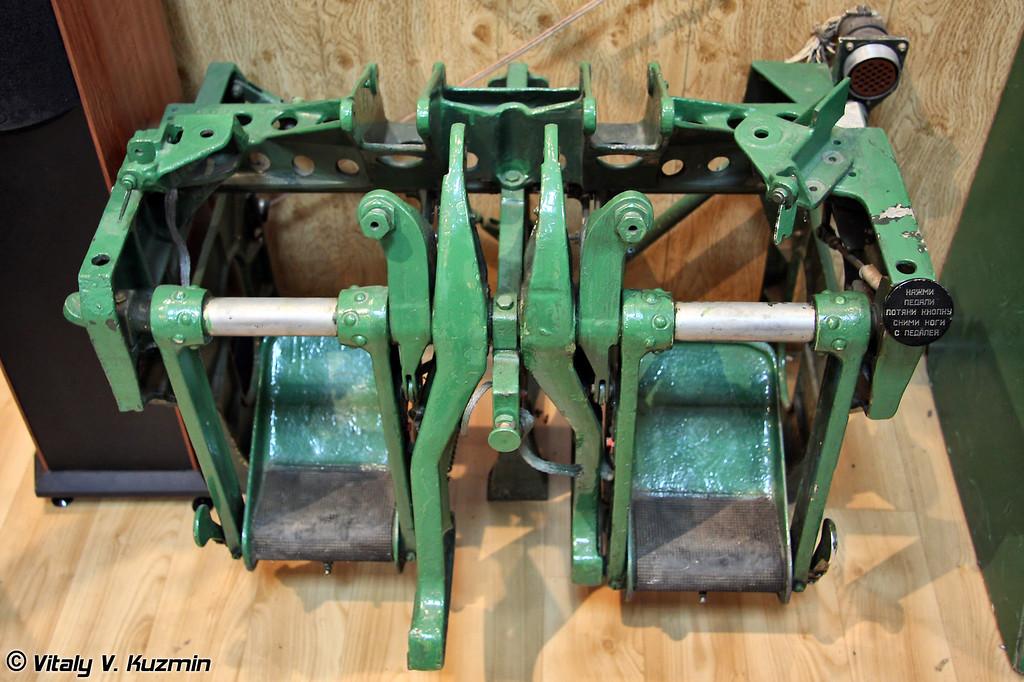 Тормозные педали управления самолетом (Brake and control pedals)