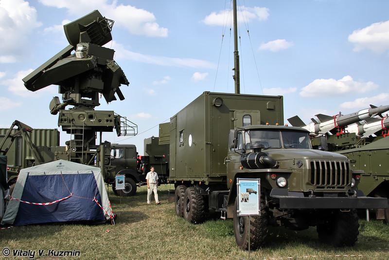 Антенный пост УНВ-2М и кабина управления УНК-2М из состава ЗРК Печора-2М (UNV-2M radar and command post UNK-2M from Pechora-2M missile system)