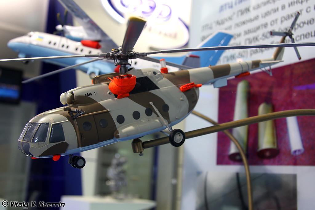 Ми-17 со станцией оптико-электронного подавления Адрос КТ-01 АВЭ и экранно-выхлопными устройствами (Mi-17 with Adros KT-01 AVE ECM system)