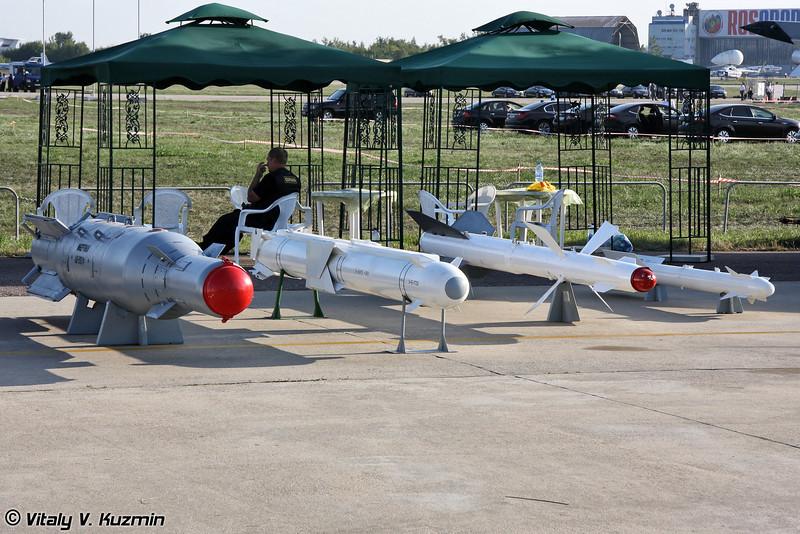 Корректируемая авиационная бомба КАБ-1500Кр, авиационная модульная управляемая ракета Х-38МЭ, управляемая ракета средней дальности Р-27 и управляемая ракета малой дальности Р-73 (Guided bomb KAB-1500Kr, air-launched short-range modular missile Kh-38ME, medium-range air-to-air missile R-27, short-range air-to-air missile R-73)