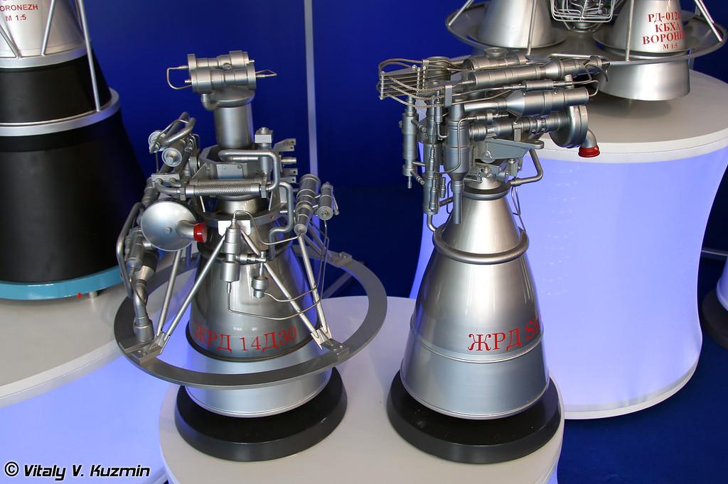 Двигатели для разгонных блоков 14Д30 для использования в разгонном блоке Бриз-М и С 5.92 для разгонного блока Фрегат, масштаб 1:2,5 (Engine 14D30 for Briz-M booster rocket stage and engine S 5.92 for Fregat booster rocket stage, scale 1:2,5)