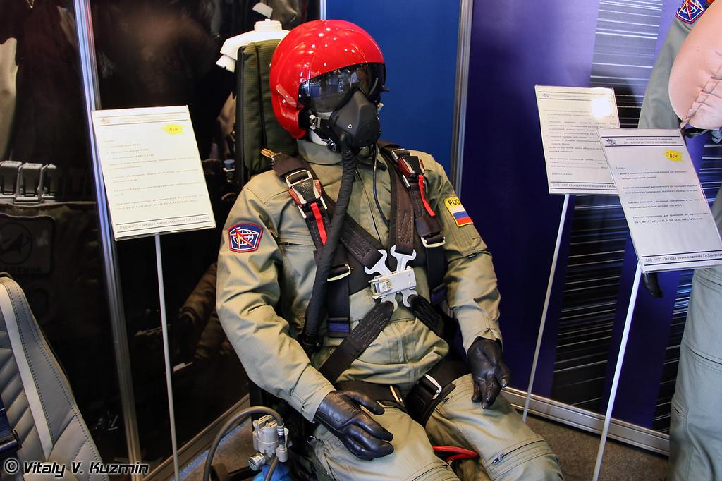 Комплекс кислородного оборудования и снаряжения для пилотов вертолетов. В состав входят шлем ЗШ-17, кислородная маска КМ-37М и кислородный блок (Helicopter pilots equipment with ZSh-17 helmet and oxygen mask KM-37M)