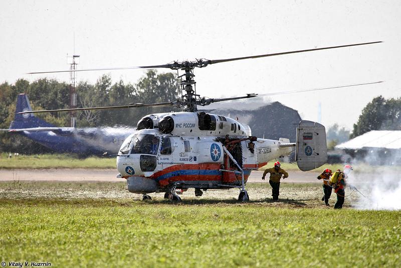 Ка-32А11ВС высаживает группу пожарных (Ka-32A11VS landed the group)