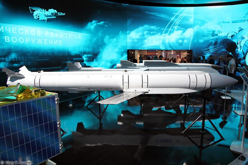 Управляемая ракета Гром-Э1 и планирующий управляемый боеприпас Гром-Э2 (Grom-E1 guided missile and Grom-E2 gliding bomb)