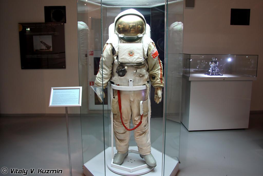 Скафандр Кречет для выхода в открытый космос и работы на поверхности Луны (Krechet spacesuit)