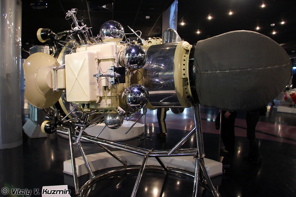 Автоматическая станция Луна-9. Запущена 31 января 1966г. 3 февраля 1966г. спускаемый аппарат станции впервые осуществил посадку на луну и передал первую панораму лунной поверхности. (Space station Luna-9. Launched January 31, 1966. On February 3, 1966 descent vehicle first landed Moon)