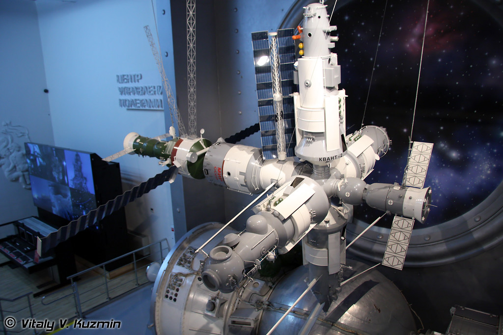 Макет орбитального комплекса Мир. Масштаб 1:10 (MIR space station model. Scale 1:10)
