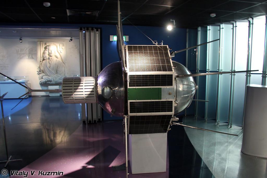 Искусственный спутник земли (далее ИСЗ) Космос-97. Первый советский ИСЗ для установки квантового стандарта частоты. Запущен 26 ноября 1965г. (Artificial earth satellite Kosmos-97. Launched November 26, 1965)