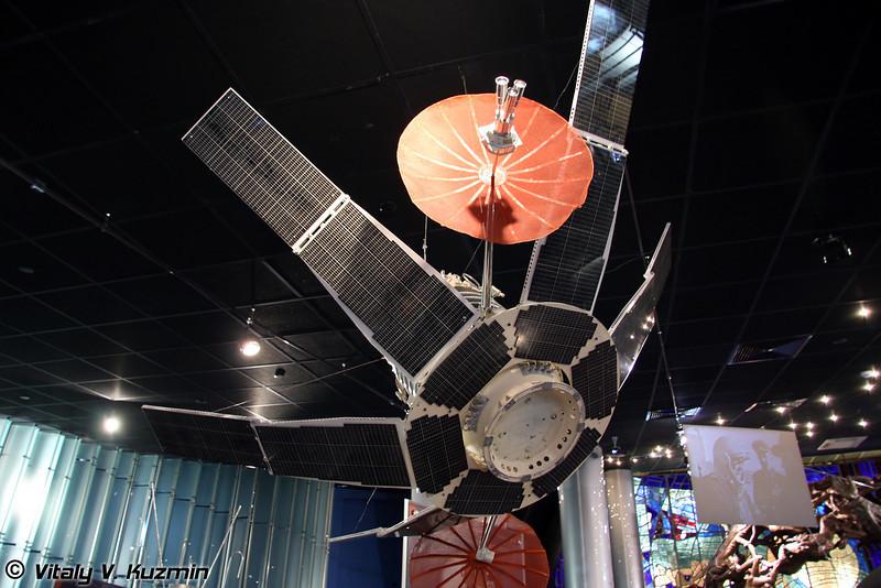 ИСЗ Молния-1. Первый советский спутник связи. Запущен 23 апреля 1965г. Масштаб 1:3 (Artificial earth satellite Molniya-1. First soviet communications satellite. Lauched April 23, 1965. Scale 1:3)