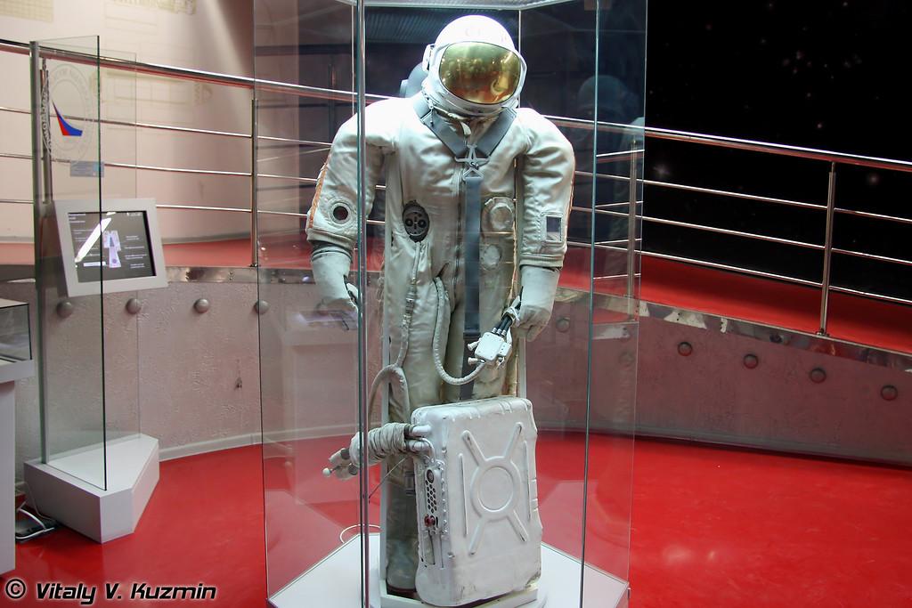 Скафандр Ястреб с ранцем системы жизнеобеспечения (Yastreb spacesuit)
