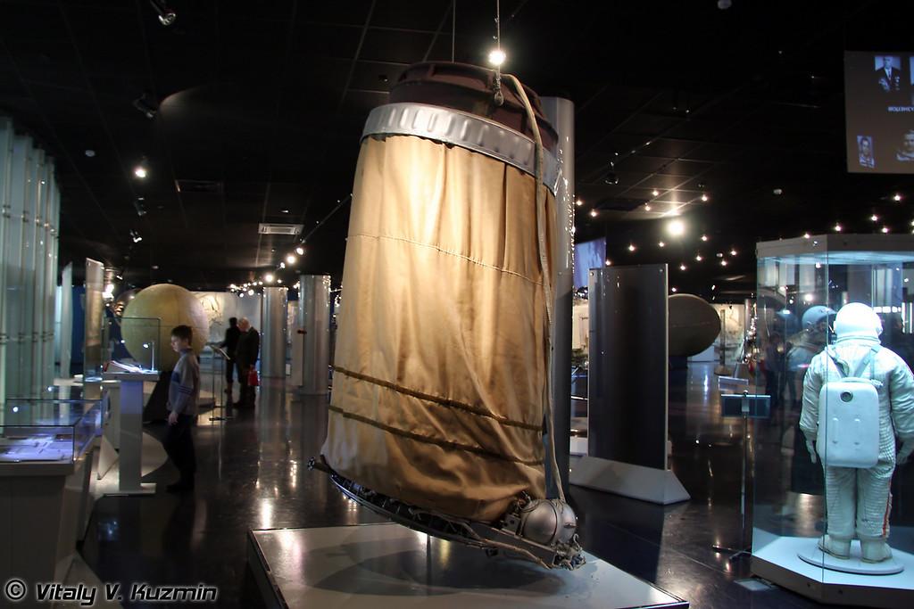 Шлюзовая камера космического корабля Восход. Предназначена для сохранения герметичности корабля во время выхода космонавта в открытое пространство. (Voskhod space ship airlock module)