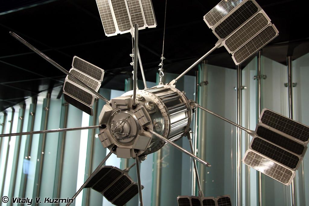 ИСЗ Электрон-1 и Электрон-2. Научные спутники, предназначавшиеся для одновременного исследования внешних и внутренних зон радиационного пояса земли. Запущены 30 января и 11 июля 1964г. Масштаб 1:3 (Artificial earth satellites Electron-1 and Electron-2. Science satellites for Earth radiation belt research. Launched January 30 and July 11, 1964. Scale 1:3)