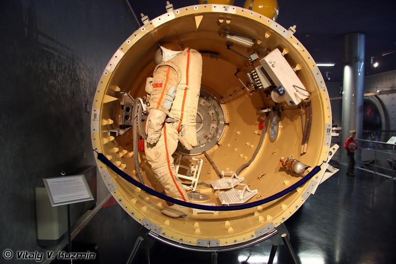 Шлюзовой специальный отсек орбитальной станции Мир для выхода в открытый космос (MIR space station airlock module)