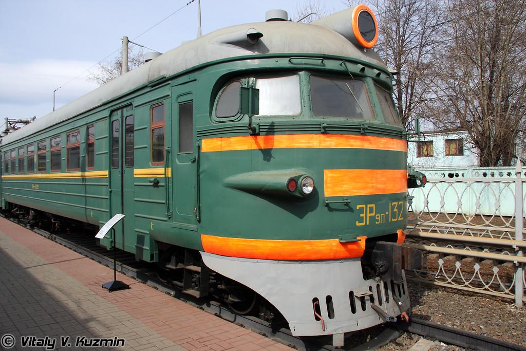 Электропоезд ЭР9п-132 построен в 1966г. на Рижском вагоностроительном заводе (Electric ER9p-132 was built in 1966 by Riga machine-building plant)