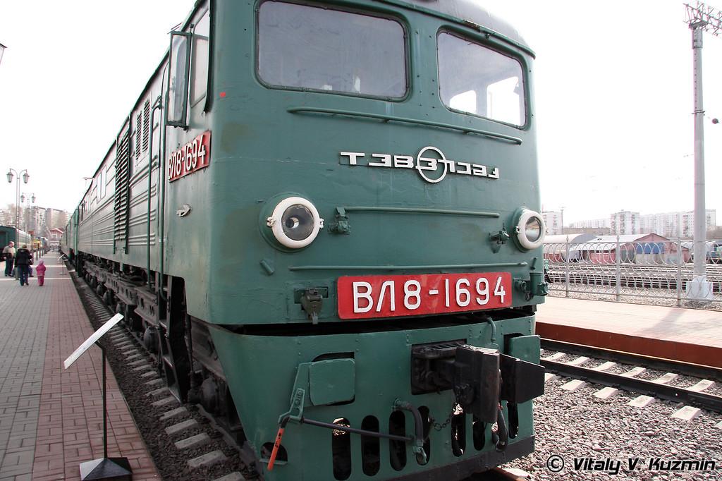 Электровоз ВЛ8-1694 построен в 1967г. на Тбилисском электровозостроительном заводе (Electric VL8-1694 was built in 1967 by Tbilisi locomotive-building plant)