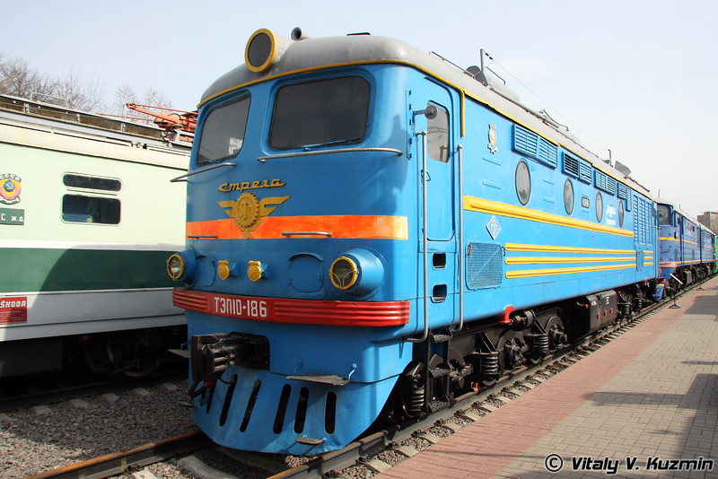 Тепловоз ТЭП10-186 построен в 1965г. на Харьковском заводе (Diesel TEP10-186 was built in 1965 by Kharkov locomotive-building plant)