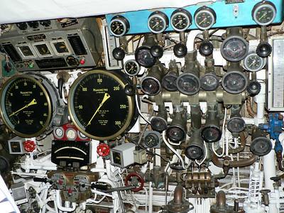S 506 Toti: a sinistra i manometri che segnalano la profondità. Il primo fino a 50 metri, il secondo fino a 300