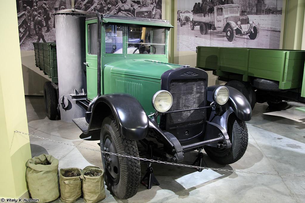 Газогенераторный автомобиль ЗИС-21 (ZIS-21 running on wood gas)
