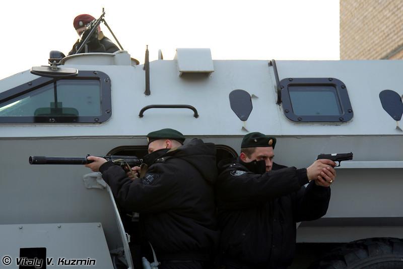 Сотрудники ОСН с автоматом 9А-91 и пистолетом Ярыгина (Saturn operators with 9A-91 rifle and Yarigin PYa MP-443 Grach)