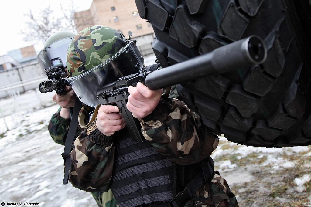 Сотрудники ОСН Сатурн и СБМ ВПК-233136 Тигр-М (OSN Saturn special unit operators and SBM VPK-233136 Tigr-M)<br /> Сотрудник вооружен малогабаритным автоматом 9А-91 (Operator with 9A-91 compact assault rifle)