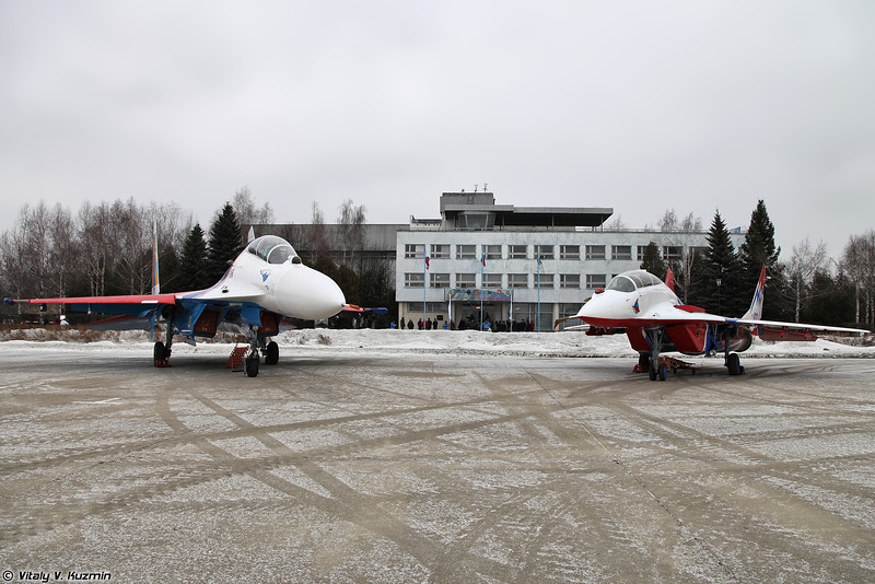 Су-27УБ и МиГ-29УБ (Su-27UB and MiG-29UB with fresh paint)